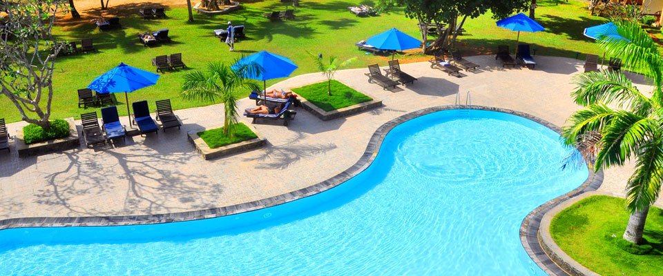 The torquoise pool at The Palms